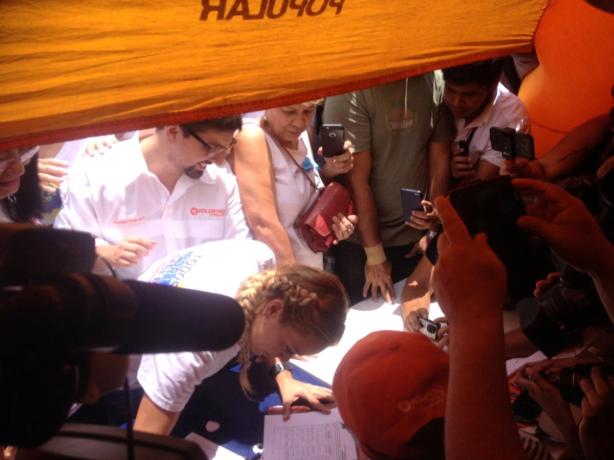 Opposition legislator, Freddy Guevara, and Lilian Tintori, wife of jailed opposition leader Leopoldo Lopez, sign the petition (Rachael Boothroyd Rojas/Venezuelanalysis)