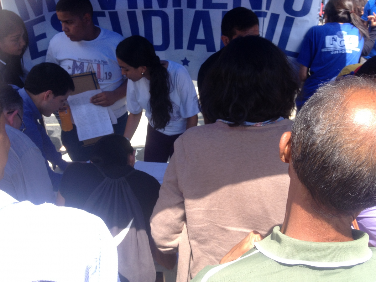 Student movements were also instrumental in the signature collection process (Rachael Boothroyd Rojas/Venezuelanalysis)