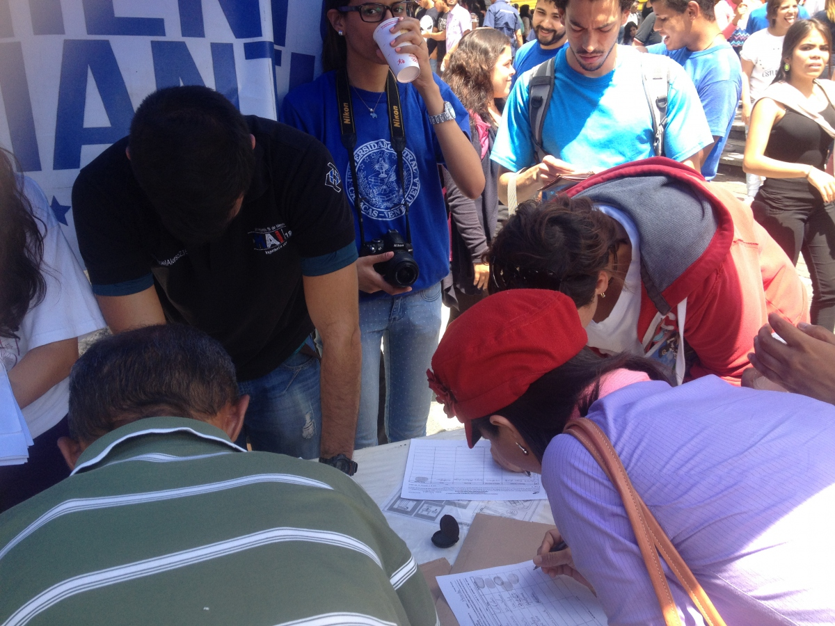 People signing against Maduro on Wednesday morning (Rachael Boothroyd Rojas/Venezuelanalysis).