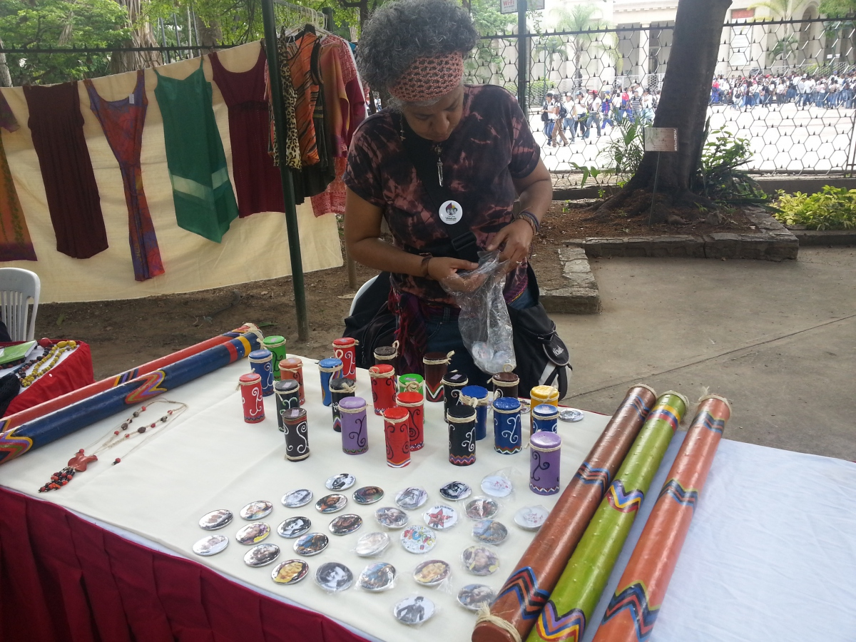 Artisans sold a variety of goods ranging from jewelry, clothes, musical instruments and desserts (Jeanette Charles/Venezuela Analysis).