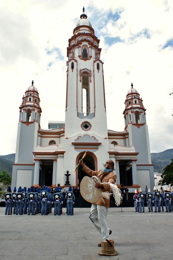 An actor dressed as Armando Reverón performs in front of the National Pantheon (Jonas Holldack/Venezuelanalysis)