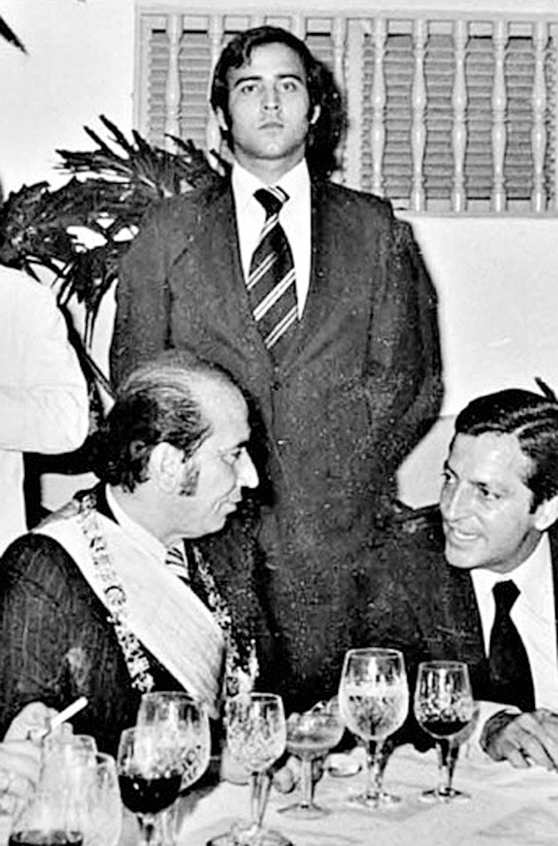 Angel Coromoto Rodriguez standing guard behind ex-president Carlos Andres Perez. (Ciudad CCS archive)