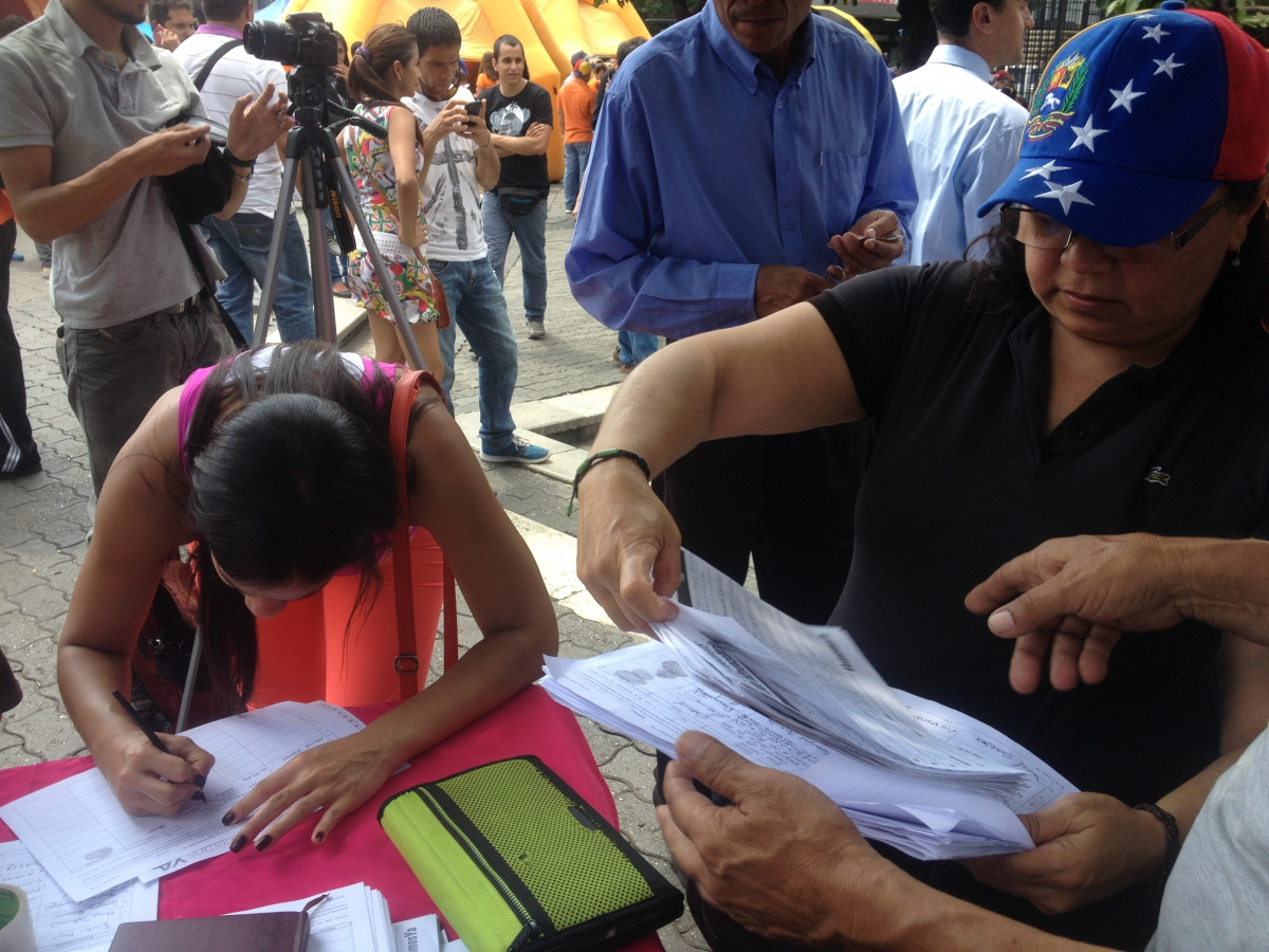 The Venezuelan opposition handed over 1.8 million signatures in favour of holding a presidential recall referendum this Monday (Rachael Boothroyd Rojas/Venezuelanalysis).