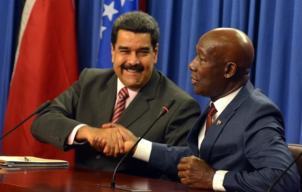 Venezuelan President Nicolas Maduro and Trinidadian Prime Minister Keith Rowley shake hands Monday after agreeing a series of bilateral deals (EFE).