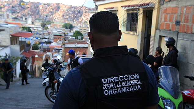 An OLP official during an operation in Aragua (Ultimas Noticias).