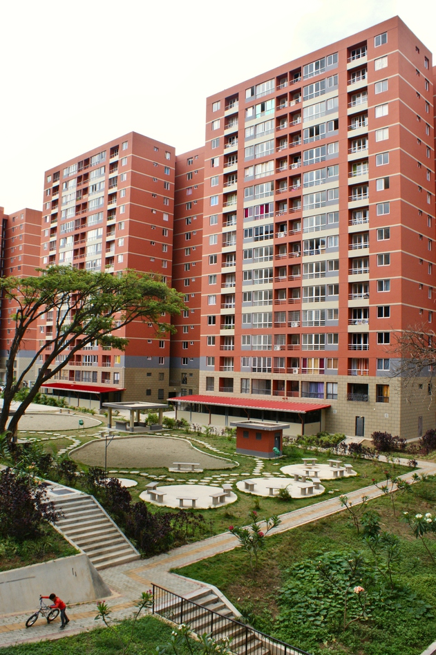 Between the buildings there are multi-purpose spaces with patios and green spaces. (Jonas Holldack/Venezuelanalysis)