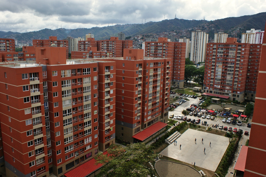 View from the 14th floor. The red roofs on the first floor are designed to be nurseries for children. Each building includes 112 apartment units. The cost of these apartments ranges in 190,000 and 250,000 Bolivars which are paid with the Great Housing Mission's preferential credit. Currently, an average apartment in Caracas costs more than 10 million Bolivares. (Jonas Holldack/Venezuelanalysis)