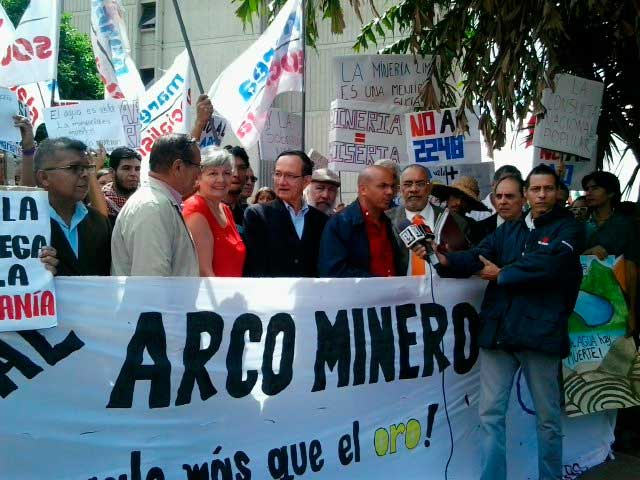 Ex-government officials at the demonstration. Left to right: Ana Elisa Osorio, Gustavo Marquez, Cliver Alacala, Freddy Gutierrez, and Hector Navarro. (Sergio Álvares)