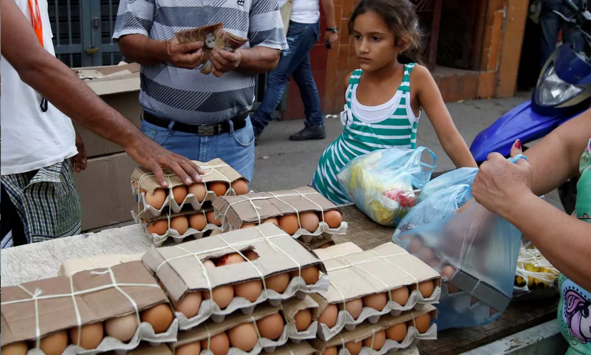 People buy food at a market in Caracas, Venezuela on June 21, 2016 (Mariana Bazo / Reuters).