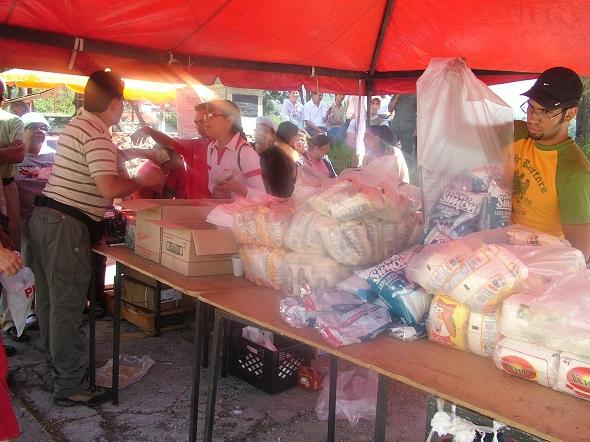 Members of the Merida communal council distributing food. (Tamara Pearson)