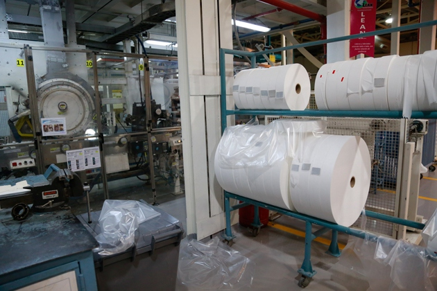 The plant is able to produce 17 million toilet rolls monthly.  Workers have it running at full capacity since the reopening.  (Prensa Gobierno Bolivariano de Aragua)
