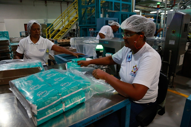 Workers at the occupied Kimberly-Clark plant resume production. (Prensa Gobierno Bolivariano de Aragua)