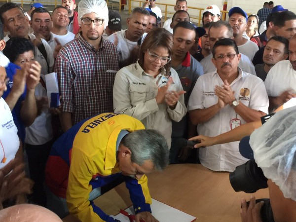 Labor Minister Oswaldo Vera signs a workers' petition to reopen the factory under worker control. (@Carluisv-@rogertradicion)