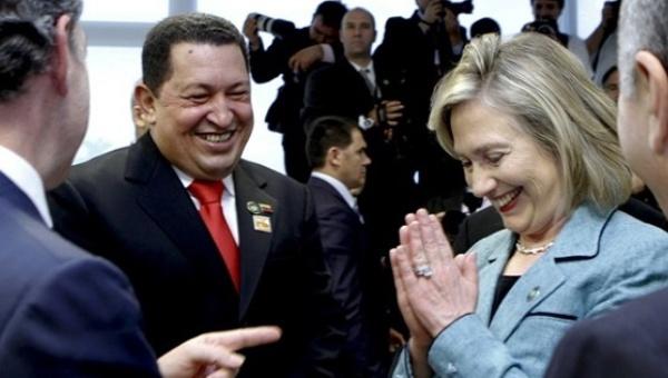 Hillary Clinton with former Venezuelan President, Hugo Chavez (EFE).