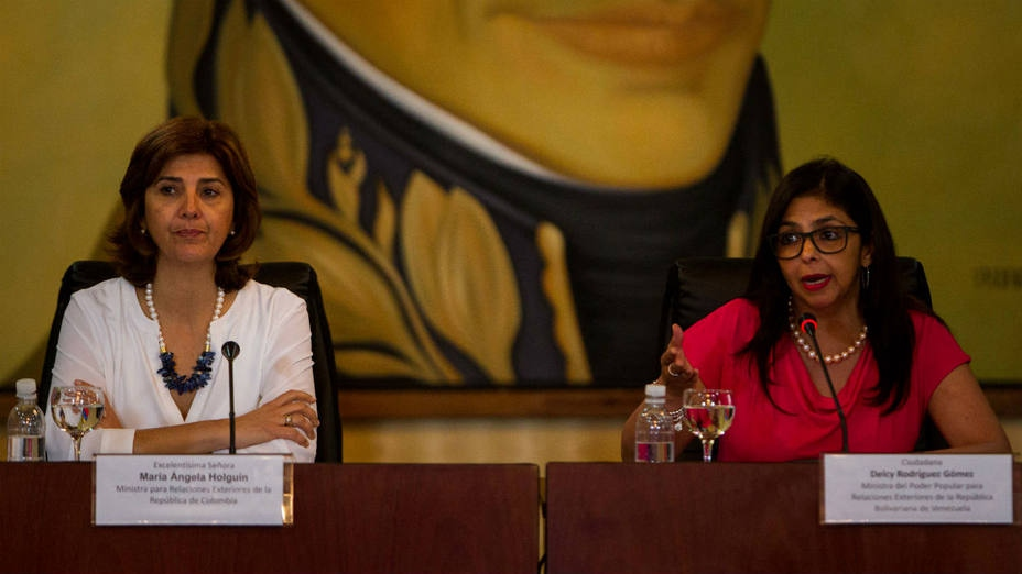 Venezuelan Foreign Minister Delcy Rodriguez (right) and her Colombian counterpart Maria Angela Holguin (left) held talks Thursday on reopening their countries' shared border. (El Universal)