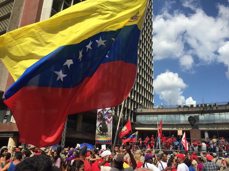 Venezuelan flag flies over the mobilization in Caracas (teleSUR/Cody Weddle).