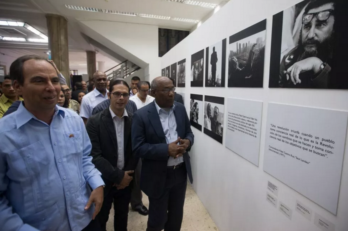 Venezuela's Vice-president Aristobulo Ituriz (right) and the Minister of Culture, Freddy Nañez (middle) stand alongside the exhibition. (Venezuelan Vice-presidency)