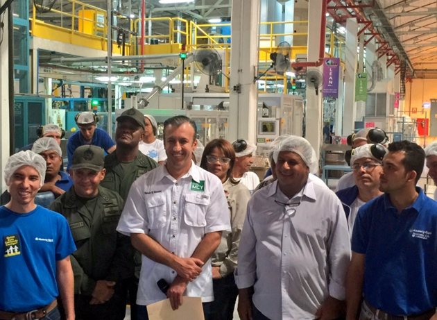 Aragua Governor Tarek El Aissaimi with workers from the Gran Cacique plant. (Twitter/ @CarylBertho)