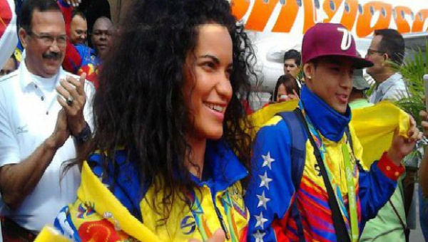 A throng of supporters gathers to great Venezuela's Olympic team outside of the Maiquetia International Airport. (AVN)