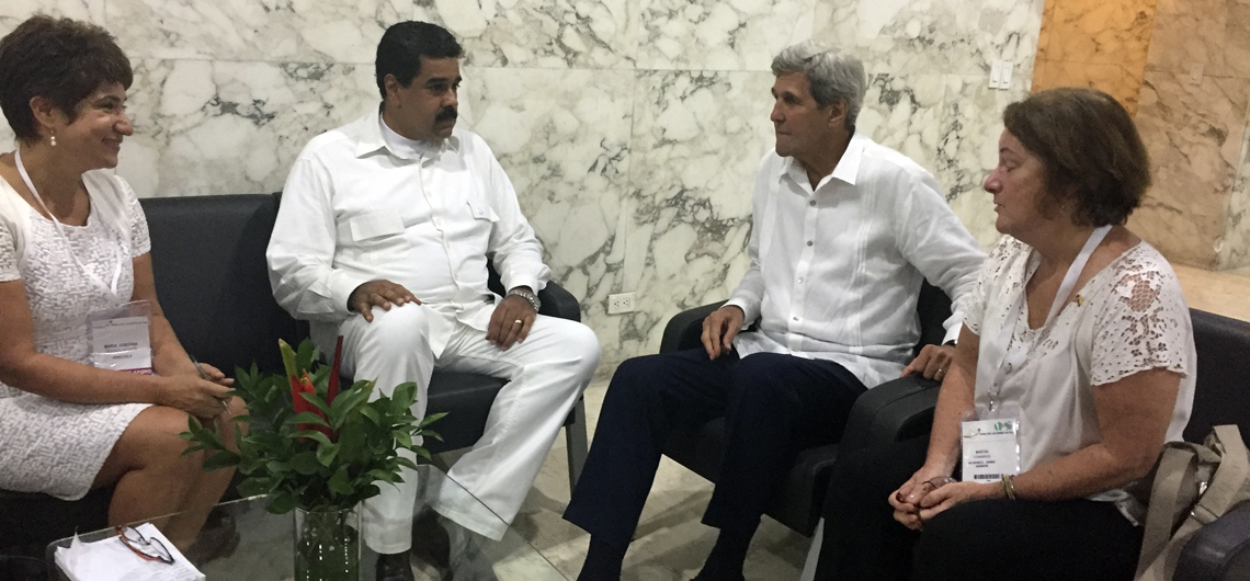 President Nicolás Maduro (center left) and US Secretary of State John Kerry (center right) met in Cartagena, Colombia Monday after the historic signing of the Colombian Peace Accords (AP).