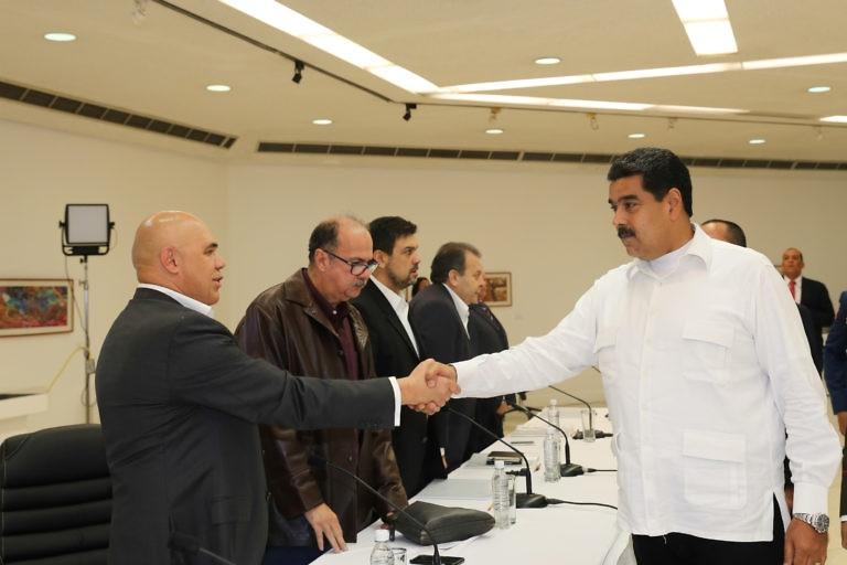 Venezuelan President Nicolas Maduro shakes hands with MUD head Jesus Torrealba at the onset of the talks. (Prensa Presidencial)