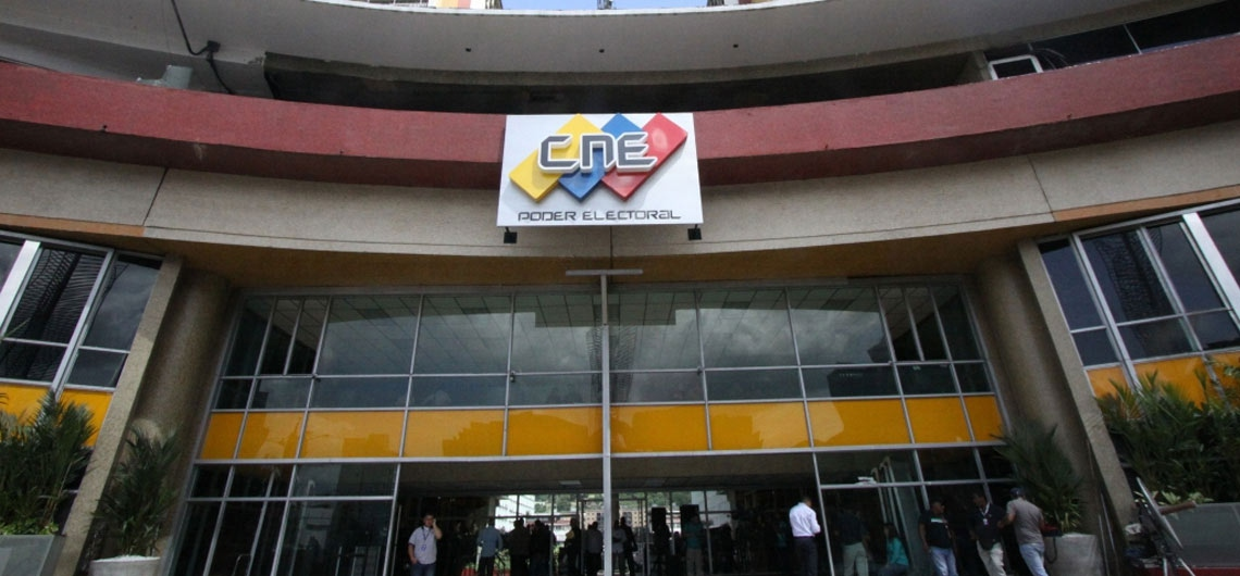 Five molotov cocktails were thrown at the CNE's Lara offices on Monday morning. (Ultimas Noticias)