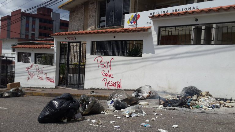 The CNE's San Cristobal office was attacked by demonstrators. (@luzdarydepablos)
