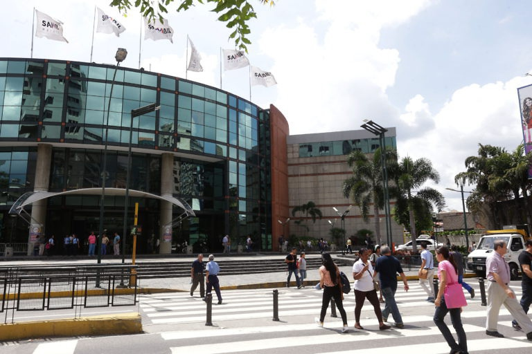 People come and go from the Sambil shopping mall in the wealthy eastern Caracas neighborhood of Chacao. (Gregorio Terán, Juan Carlos La Cruz, Zurimar Campos)