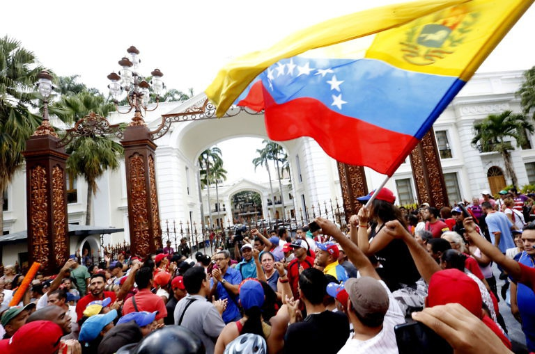 Chavistas occupy the opposition-led National Assembly on October 23 after the latter passed a unilateral impeachment resolution against President Nicolas Maduro. (Henry Tesara/AVN)
