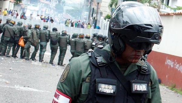 An injured Venezuelan National Guard walks away during a rally demanding a referendum to remove President Maduro, Venezuela Oct. 26, 2016. (Reuters)