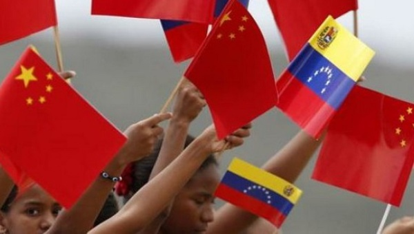 Children wave Venezuela and Chinese flags (teleSUR).