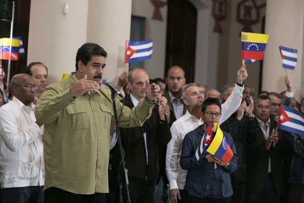 President Maduro pays homage to the late Cuban leader. (Prensa Miraflores)