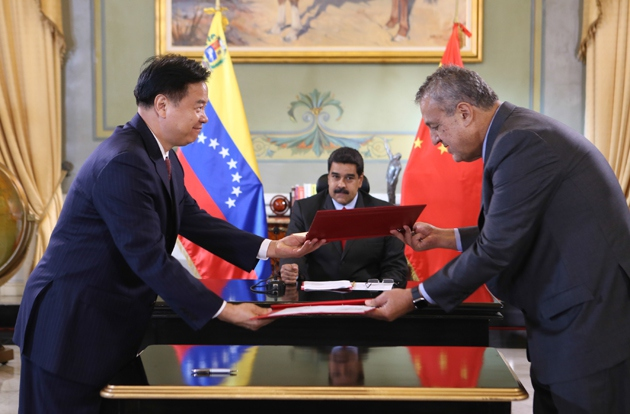 PDVSA President Eulogio del Pino signs agreement with his Chinese counterpart. (AVN)