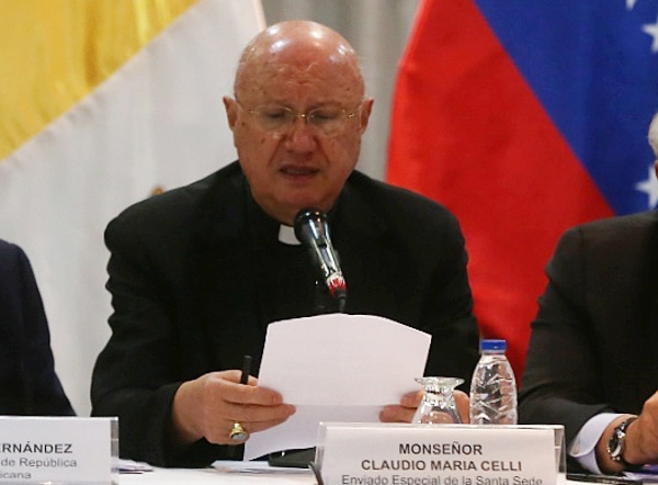 Archbishop Claudio María Celli announcing the agreements of the dialogue process from the Gran Melia Hotel in Caracas on Saturday. (Correo de lOrinoco)
