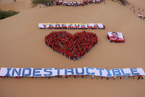 Youth in Coro, Falcon state form a heart to show their support for the campaign (Correo del Orinoco).