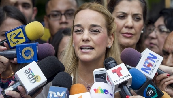The wife of right-wing opposition leader Leopoldo Lopez, Lilian Tintori speaks to the press. (EFE)