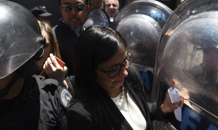Venezuelan FM Delcy Rodriguez is obstructed by Argentinian police (Pagina12).