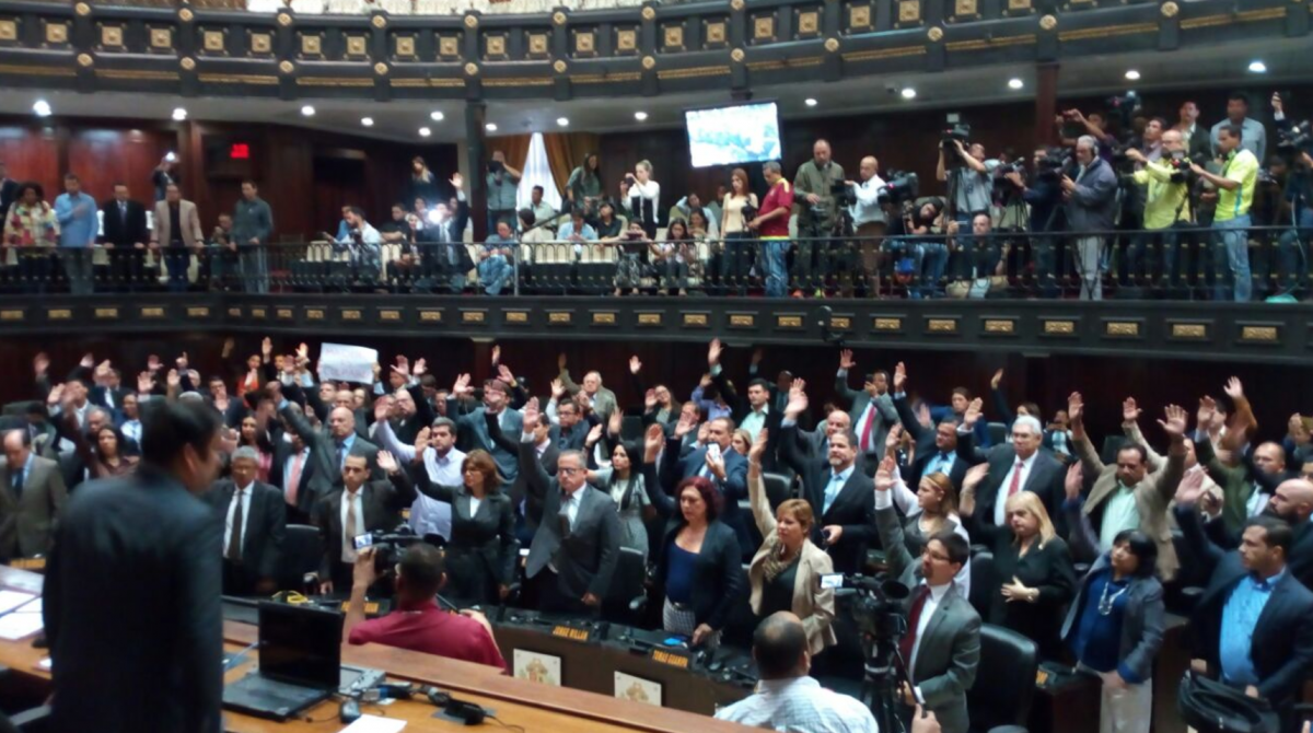 "Venezuelan opposition legislators vote for an ""agreement to establish the political responsibility of the President of the Republic"" on Tuesday (AsambleaNacional/Twitter)."