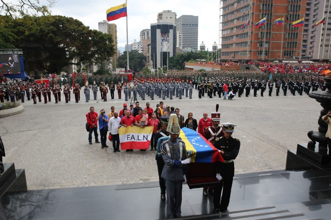 "Venezuelan military honor guard carries Ojeda's remains to the National Pantheon. ""If anyone deserves a place in the Pantheon, where our homeland's giants rest, it's Fabricio Ojeda,"" expressed President Nicolás Maduro. (PrensaPresidencial)"