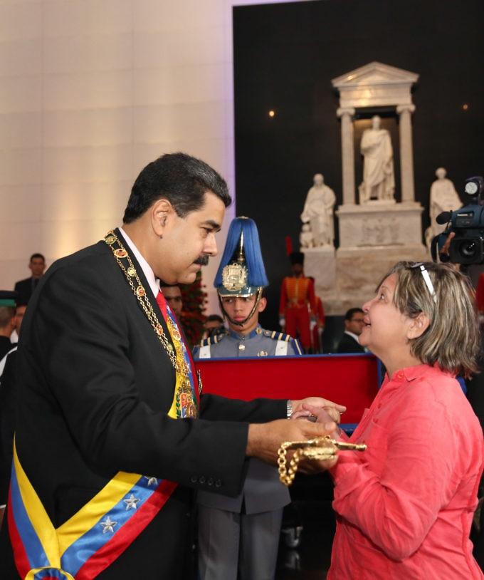 Maduro presented Thais Ojeda, Fabricio's daughter, with a replica of Rafael Urdaneta's saber from the Battle of Carabobo. (PrensaPresidencial)