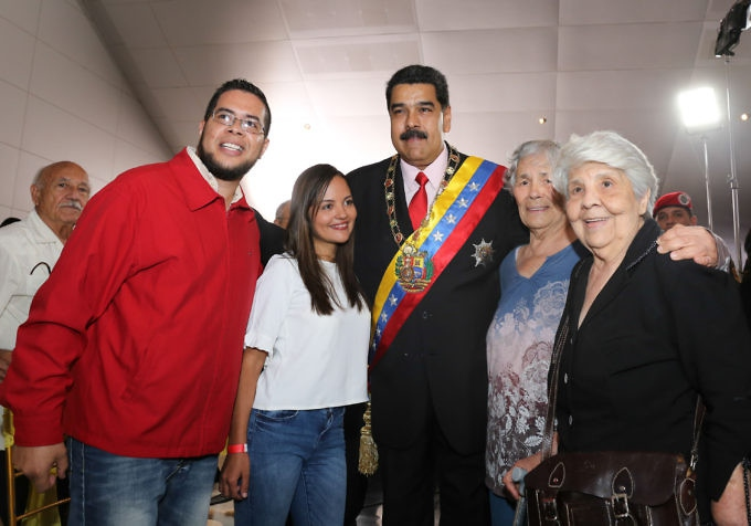 President Maduro with members of Ojeda's family. (PrensaPresidencial)
