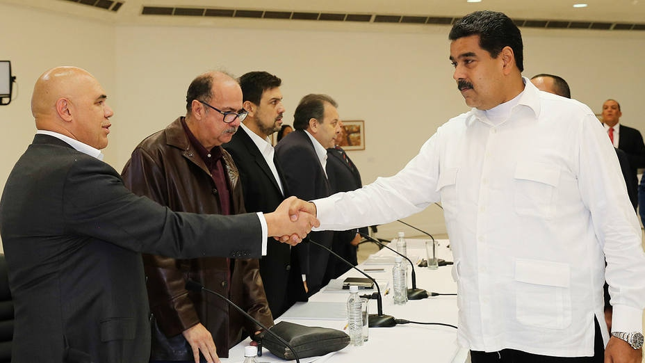 President Nicolas Maduro shakes hands with opposition leader Jesus Torrealba. (AVN)