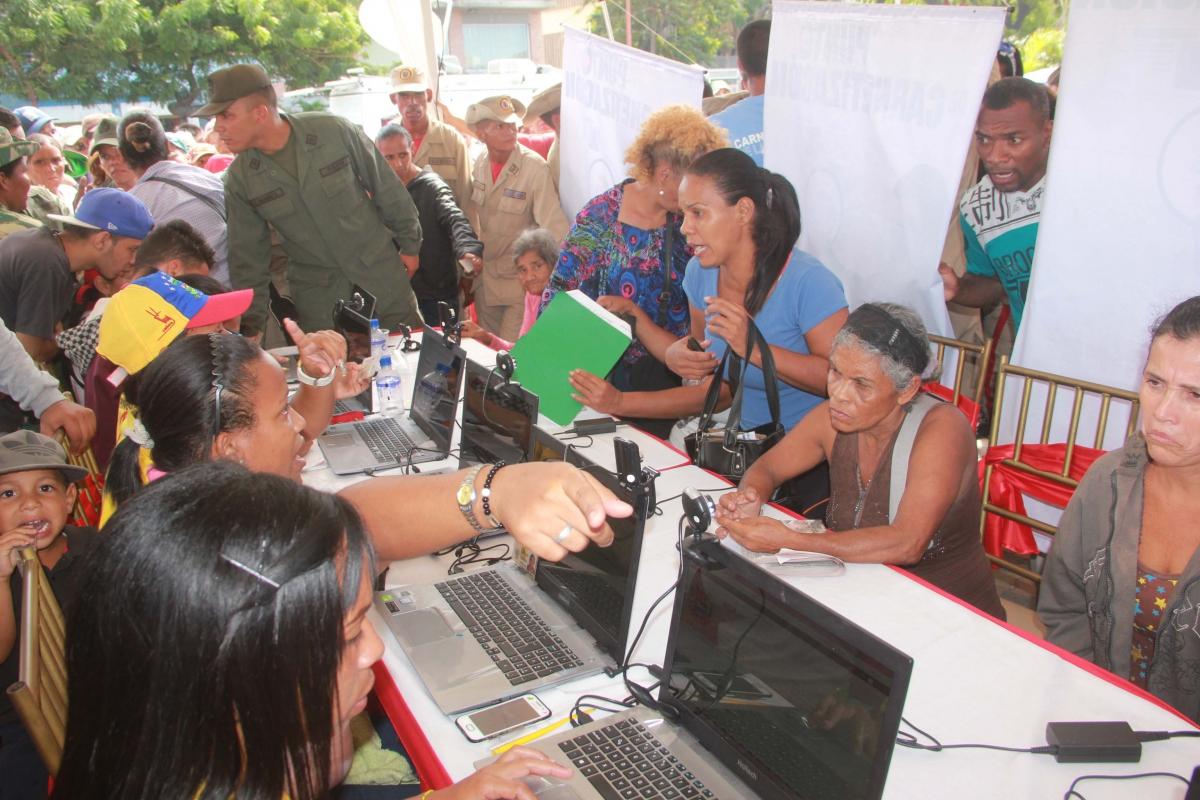 Venezuelans queuing up to register for their Homeland Cards. (UltimasNoticias)