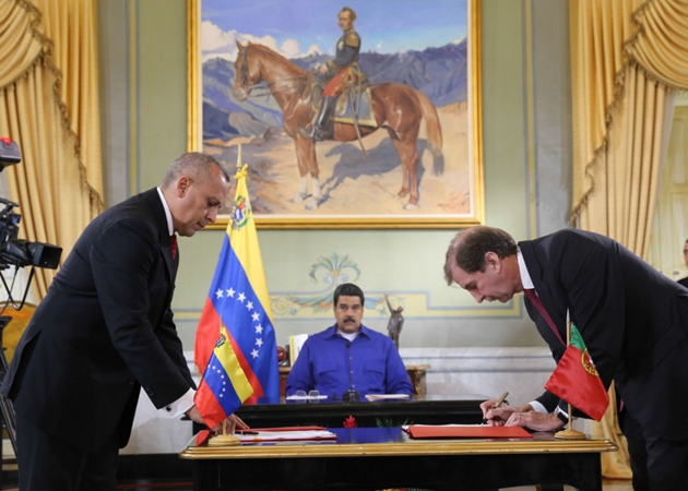 Public Works and Ground Transport Minister Ricardo Molina signs the agreement with Texeira Duarte President Pedro Maria Texeira Duarte in Miraflores palace. ( @PresidencialVen)
