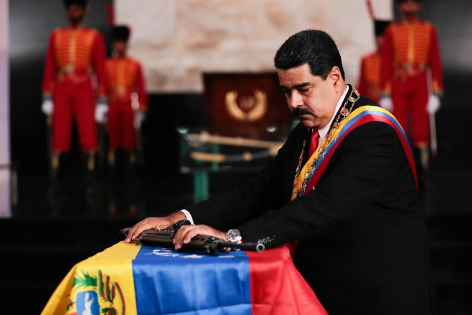 Maduro bestowed Ojeda with the Venezuelan Liberators' Order First Class in an official ceremony in the National Pantheon. (PrensaPresidencial)