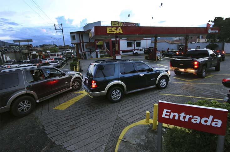 Gas sales in foreign currency begin along the Colombia-Venezuela border. (AFP)