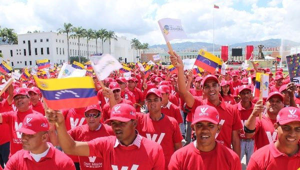 Beneficiaries of Venezuela's housing mission remember Zamora. (teleSUR)