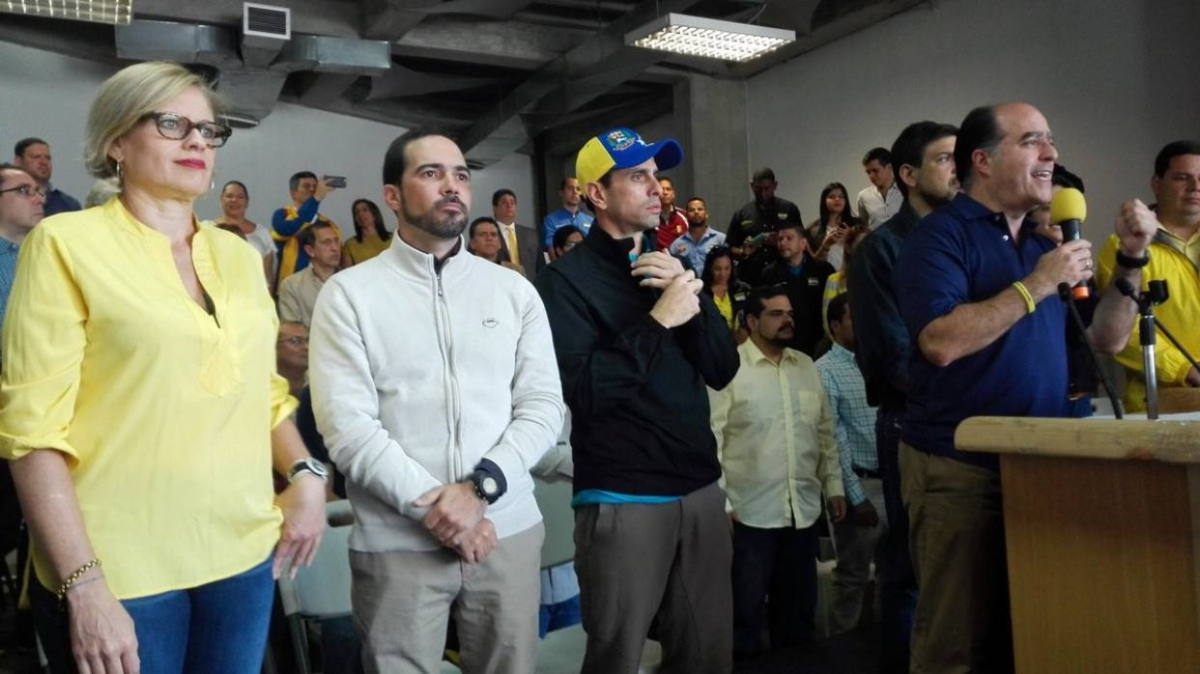 Julio Borges, President of the National Assembly, announces that Henrique Capriles Radonski (left of Borges) will stand as First Justice candidate. (El Nacional)