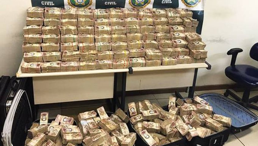 Brazilian authorities display seized Venezuelan currency at a local precinct. (Veja.com)