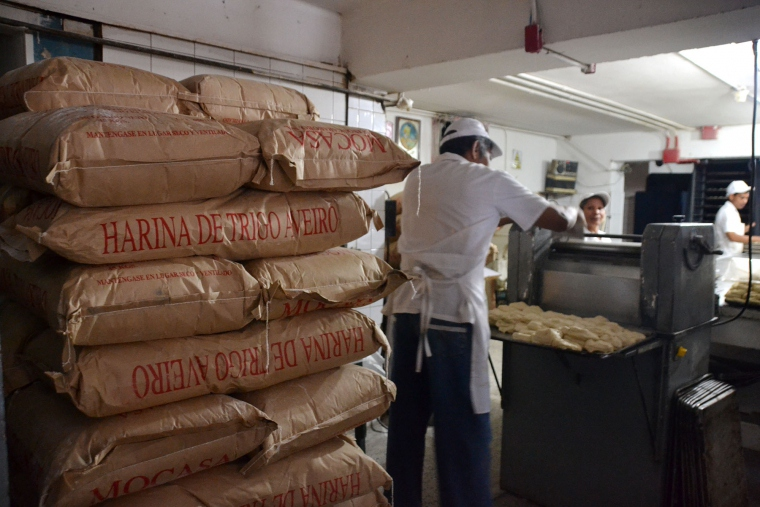 Industry groups say the government isn't importing enough flour to go around, though inspectors say supply shortages are exaggerated.  (Prensa SUNDDE)